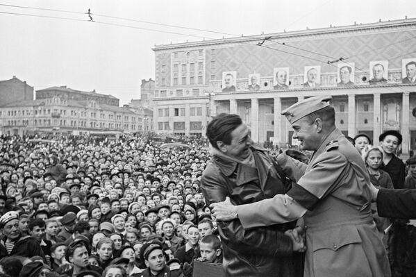 La reunión de los socios estadounidenses en un mitin el 9 de mayo de 1945 en la plaza Mayakovski de Moscú. - Sputnik Mundo