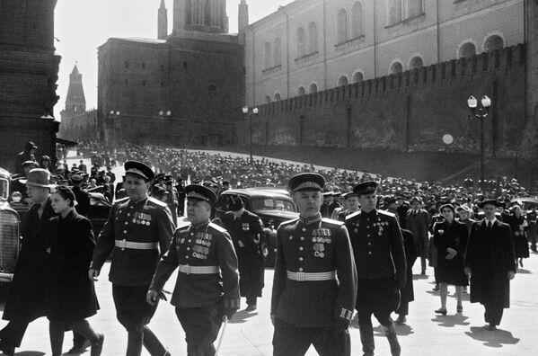 El 9 de mayo de 1945, no se realizó un desfile militar en la Plaza Roja. El histórico desfile en honor a la Victoria en la Gran Guerra Patria se celebró un mes y medio después, el 24 de junio de 1945. El mariscal Gueorgui Zhúkov inició el desfile y el mariscal Konstantin Rokossovski lo comandaba.    - Sputnik Mundo