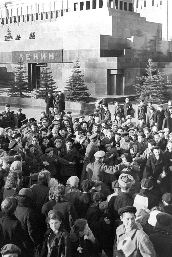 Así se veía la Plaza Roja por la mañana, el 9 de mayo de 1945. - Sputnik Mundo