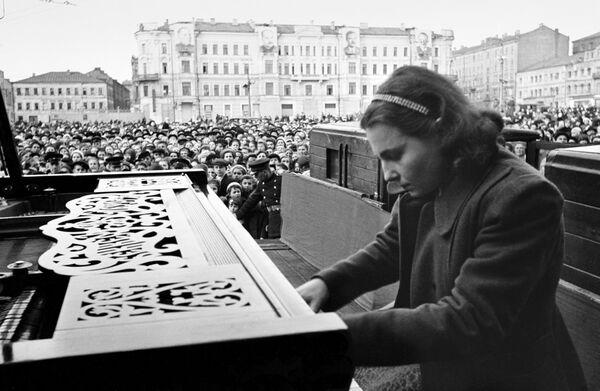 La pianista del Conservatorio de Moscú Nina Emeliánova tocó música en honor al Día de la Victoria el 9 de mayo de 1945 en la Plaza Mayakovski de Moscú. - Sputnik Mundo