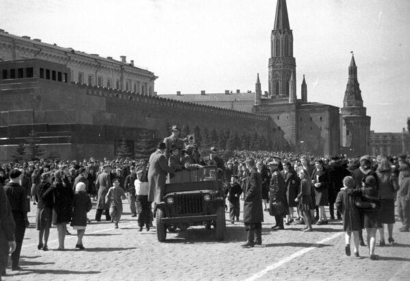 Así llegaron las cámaras a la Plaza Roja para inmortalizar las escenas del festejo el histórico Día de la Victoria, 9 de mayo de 1945. - Sputnik Mundo
