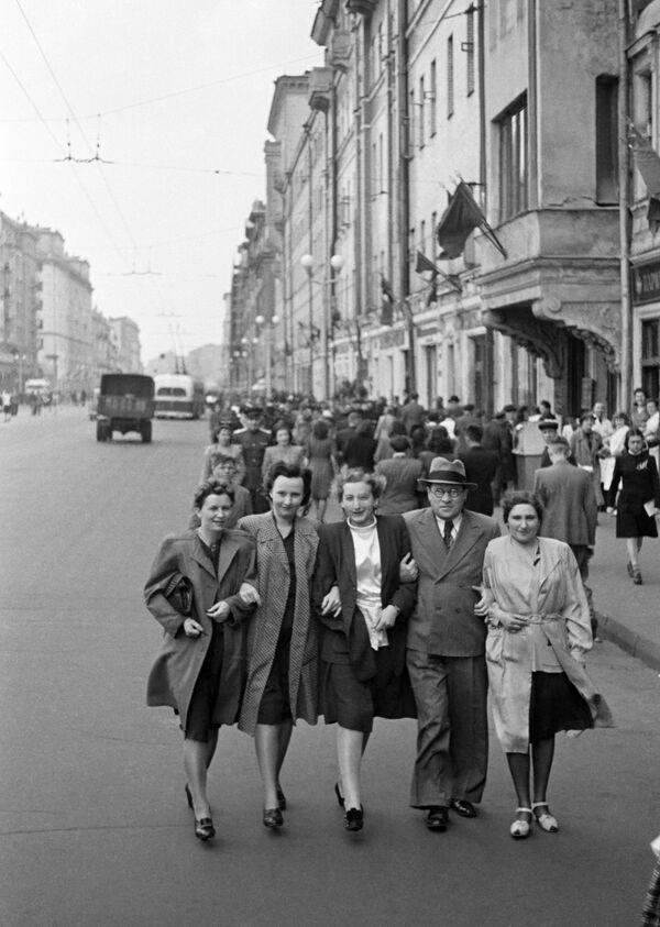 Los moscovitas de la calle Gorki (actualmente nombrada calle Tverskaya), 9 de mayo de 1945. - Sputnik Mundo