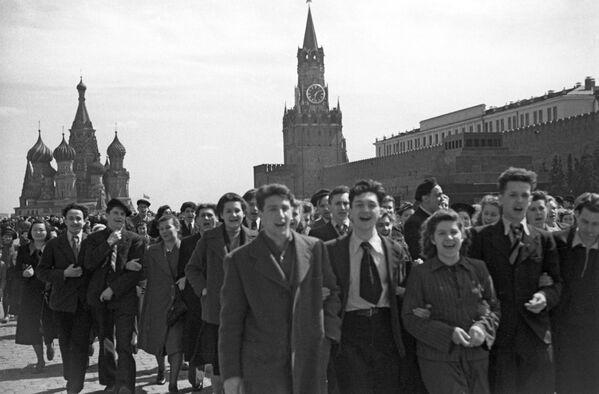 Así festejaban los moscovitas la victoria en la Plaza Roja, 9 de mayo de 1945. - Sputnik Mundo