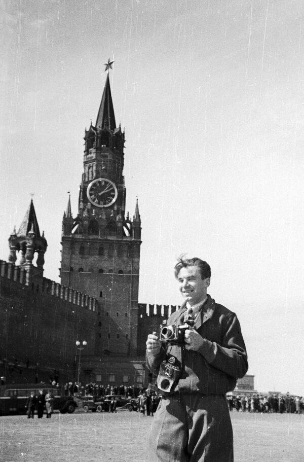 El fotoperiodista Alexandr Krasavin en la Plaza Roja el 9 de mayo de 1945. - Sputnik Mundo