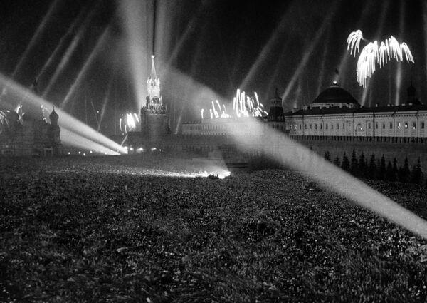 Los moscovitas en la Plaza Roja el 9 de mayo de 1945. - Sputnik Mundo