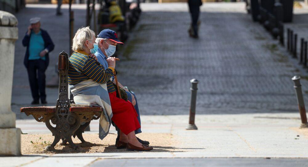 Personas en mascarillas en Madrid