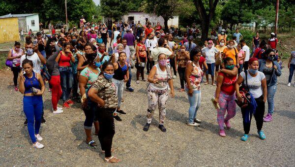 Los parientes de los protestantes en el motín en el Centro Penitenciario de Los Llanos - Sputnik Mundo