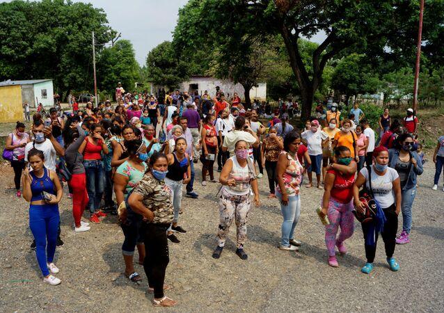 Los parientes de los protestantes en el motín en el Centro Penitenciario de Los Llanos