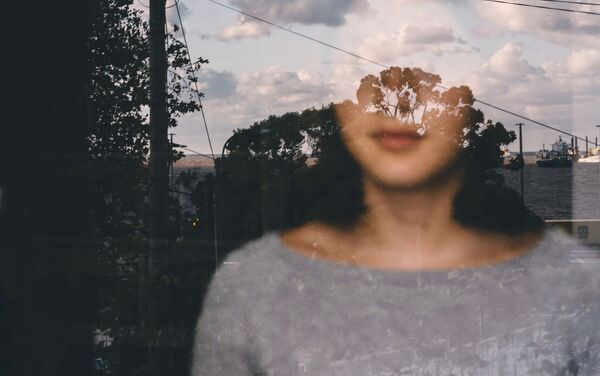 Retrato de mi hija Irene mirando por la ventana durante la cuarentena en Montevideo.  - Sputnik Mundo