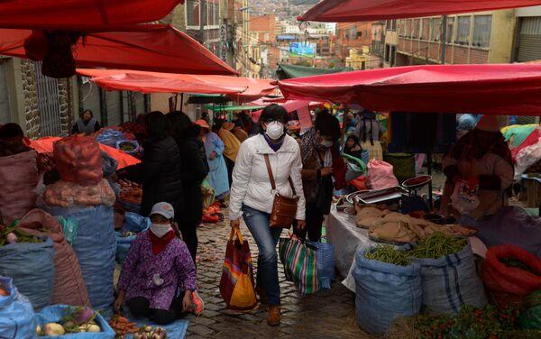 Mujer haciendo compras en un mercado local durante la emergencia sanitaria en La Paz.  - Sputnik Mundo