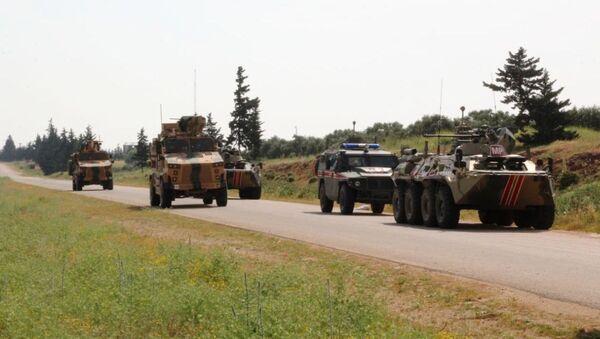 Rusia y Turquía patrullan conjuntamente un carretera en Siria (archivo) - Sputnik Mundo