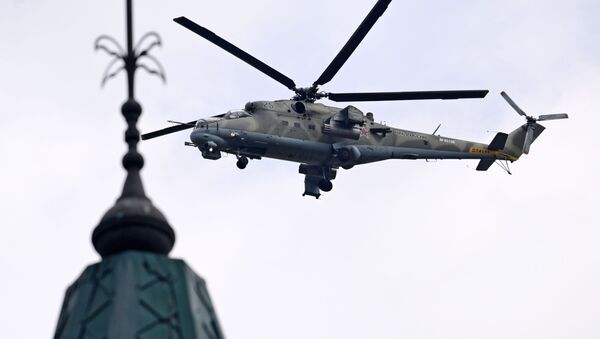 El helicóptero de transporte y de combate Mi-35 durante el desfile aéreo en Rostov del Don - Sputnik Mundo