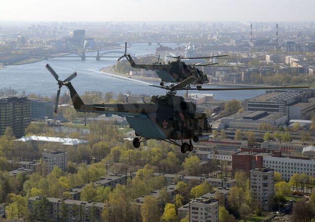 Los helicópteros de uso múltiple Mi-8 durante el desfile aéreo en San Petersburgo