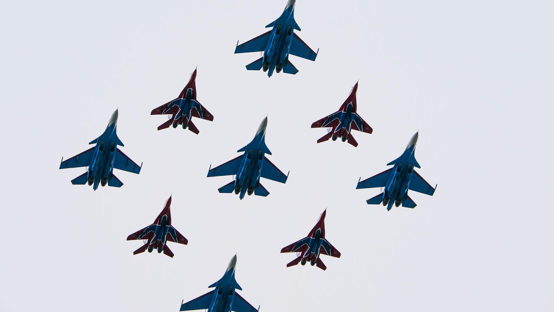 El grupo aéreo formado por los Strizhí y Russkie Vitiazi (Caballeros rusos) - Sputnik Mundo, 1920, 27.08.2021