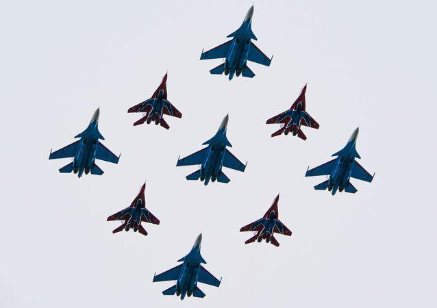 El grupo aéreo formado por los Strizhí y Russkie Vitiazi (Caballeros rusos)