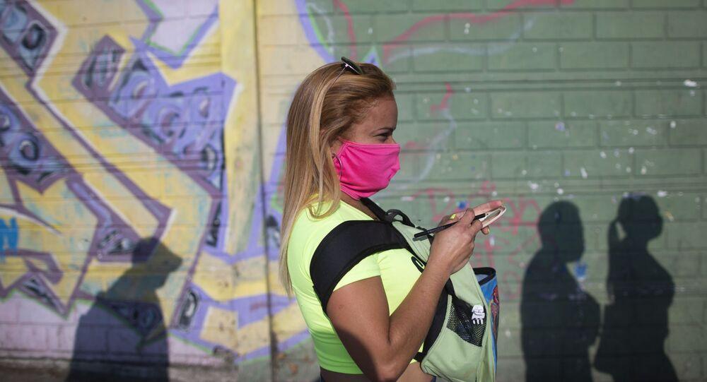 Una mujer en mascarilla en Caracas