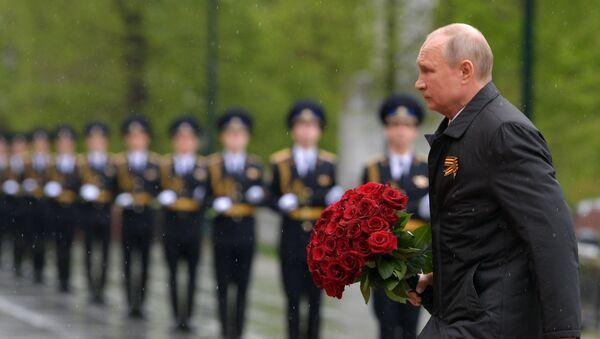 El presidente ruso, Vladímir Putin, coloca flores en la Tumba del Soldado Desconocido. - Sputnik Mundo