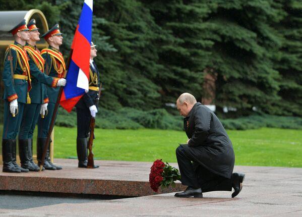 En la Tumba del Soldado Desconocido, el mandatario ruso colocó flores para homenajear a todos los caídos durante la Gran Guerra Patria. - Sputnik Mundo
