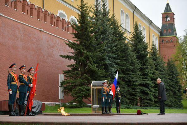 El presidente ruso, Vladímir Putin, frente a la Tumba del Soldado Desconocido. - Sputnik Mundo