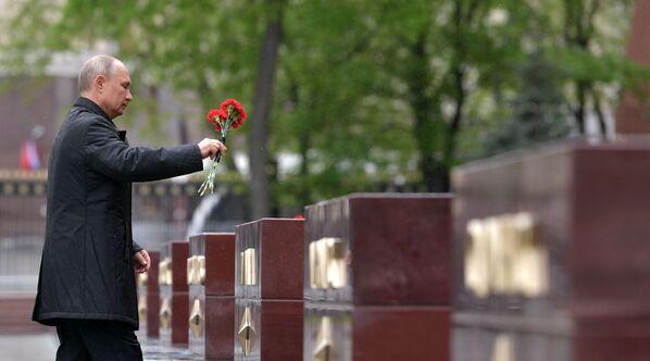 El jefe de Estado ruso homenajea a los caídos durante la Gran Guerra Patria. - Sputnik Mundo