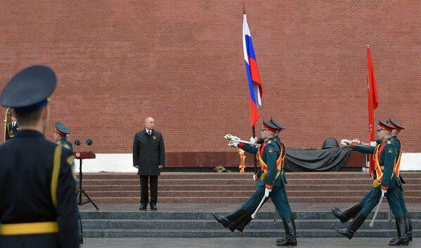 El presidente ruso, Vladímir Putin, durante la ceremonia realizada en la Tumba del Soldado Desconocido por el 75 aniversario de la victoria en la Gran Guerra Patria. - Sputnik Mundo