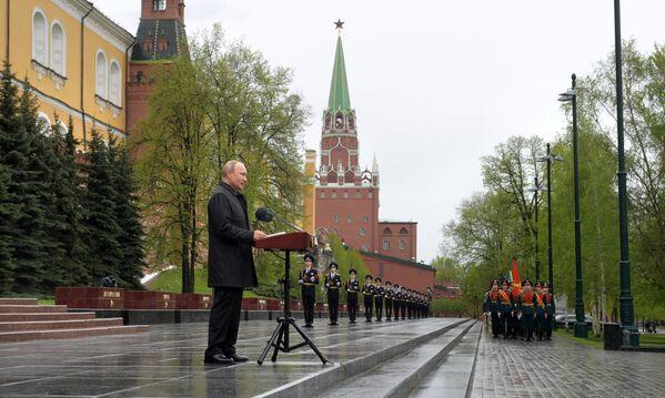 El comandante en jefe supremo de las Fuerzas Armadas y presidente ruso, Vladímir Putin, felicita a los veteranos y a todos los ciudadanos por el Día de la Victoria. - Sputnik Mundo