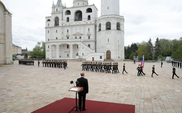 El jefe de Estado ruso, Vladímir Putin, observa el desfile del Regimiento del Kremlin, una de las actividades dedicadas al 75 aniversario de la victoria en la Gran Guerra Patria. - Sputnik Mundo
