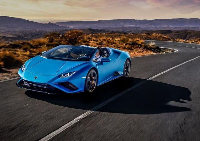 El automóvil deportivo Huracán Evo RWD Spyder de Lamborghini