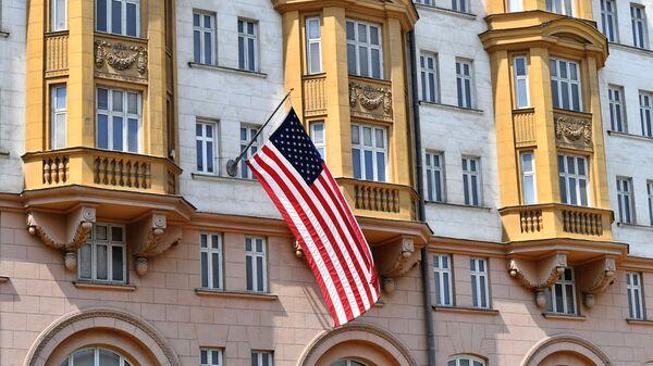 La bandera de EEUU en el edificio de la Embajada en Moscú, Rusia - Sputnik Mundo
