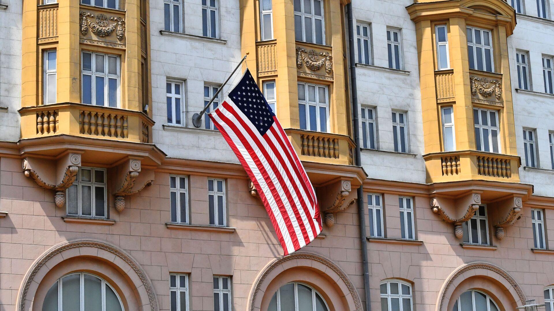 La bandera de EEUU en el edificio de la Embajada en Moscú, Rusia - Sputnik Mundo, 1920, 18.02.2021
