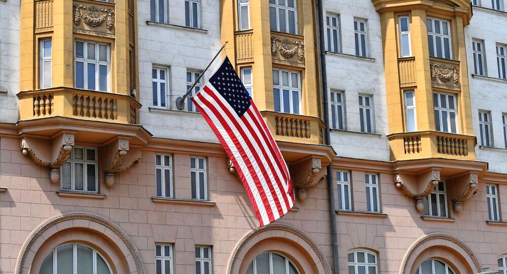 La bandera de EEUU en el edificio de la Embajada en Moscú, Rusia