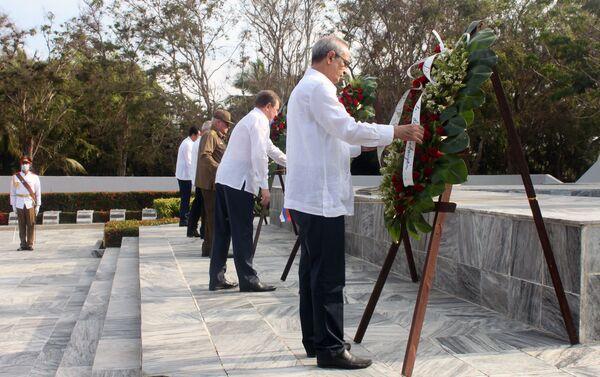Dirigentes rusos y cubanos colocan ofrendas florales a Memorial del Soldado Desconocido Soviético en Cuba - Sputnik Mundo