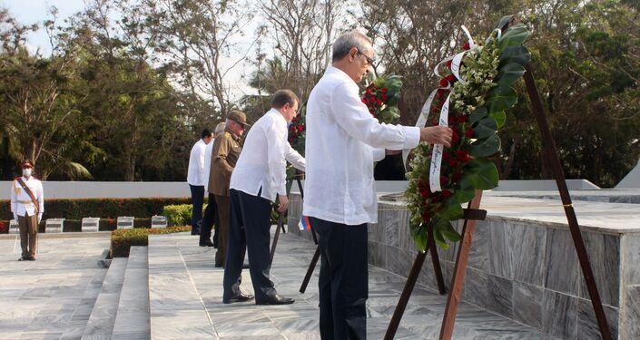 Dirigentes rusos y cubanos colocan ofrendas florales a Memorial del Soldado Desconocido Soviético en Cuba