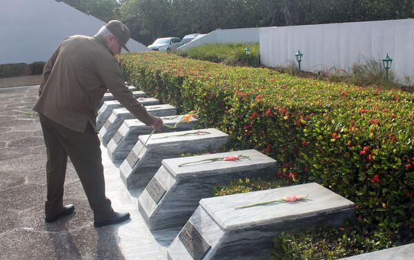 El general cubano Álvaro López Miera realiza un homenaje en el memorial del Soldado Desconocido Soviético en Cuba - Sputnik Mundo