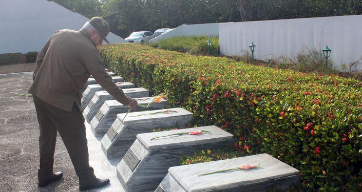 El general cubano Álvaro López Miera realiza un homenaje en el memorial del Soldado Desconocido Soviético en Cuba