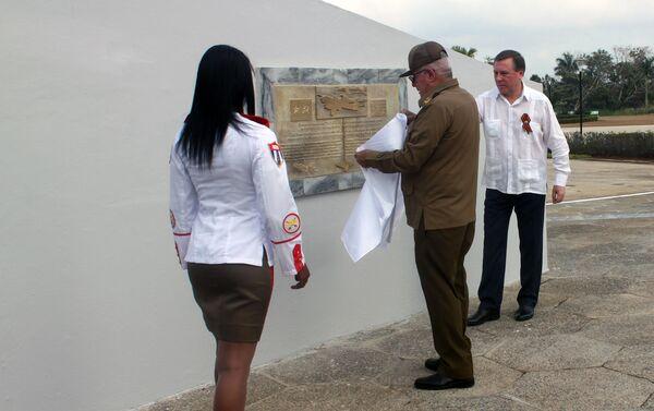 El general cubano Álvaro López Miera y el embajador ruso Andrei Guskov develan una placa conmemorativa - Sputnik Mundo