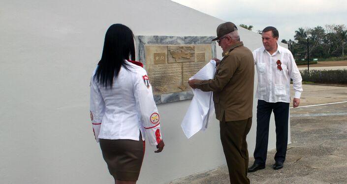 El general cubano Álvaro López Miera y el embajador ruso Andrei Guskov develan una placa conmemorativa
