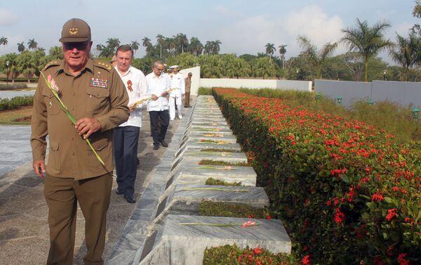 El general cubano Álvaro López Miera y el embajador ruso Andrei Guskov homenajean a los caídos durante la Gran Guerra Patria - Sputnik Mundo