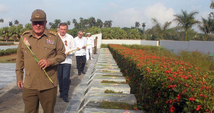 El general cubano Álvaro López Miera y el embajador ruso Andrei Guskov homenajean a los caídos durante la Gran Guerra Patria