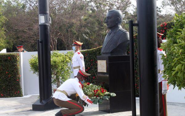 Ofrenda floral al monumento dedicado al general de Ejército ruso Issa Alexandrovich Plíyev - Sputnik Mundo