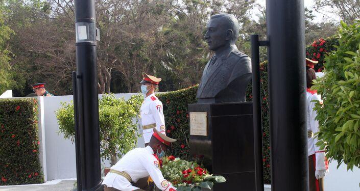 Ofrenda floral al monumento dedicado al general de Ejército ruso Issa Alexandrovich Plíyev