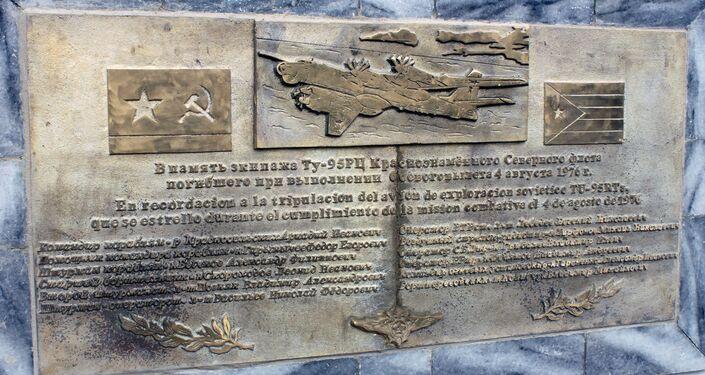 Una placa conmemorativa a la tripulación del avión soviético TU-95 accidentado en el Caribe el 4 de agosto de 1976