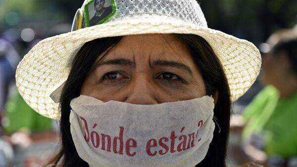 Una mujer en una protesta contra las desapariciones en México - Sputnik Mundo