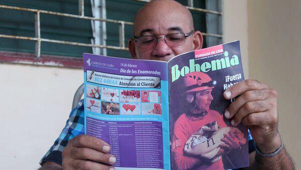 Un cubano leyendo la revista Bohemia - Sputnik Mundo