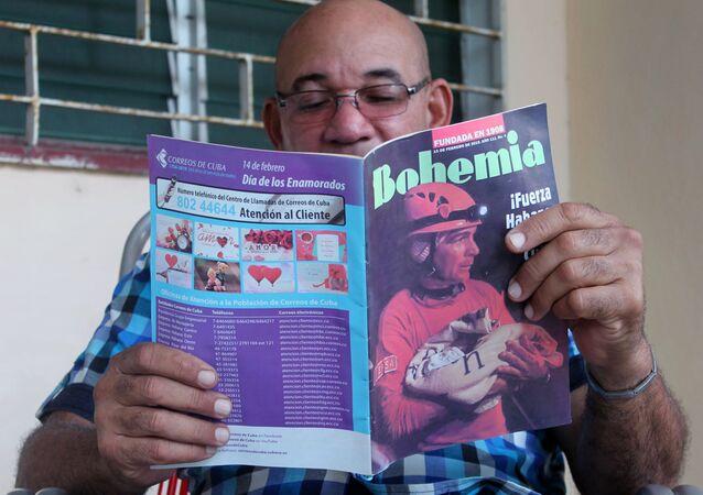 Un cubano leyendo la revista Bohemia