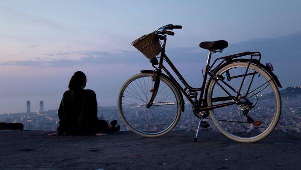 Una chica con bicicleta (imagen referencial) - Sputnik Mundo