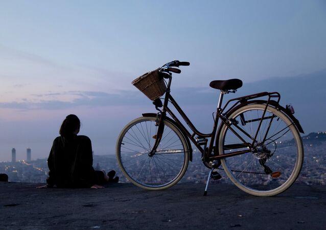 Una chica con bicicleta (imagen referencial)