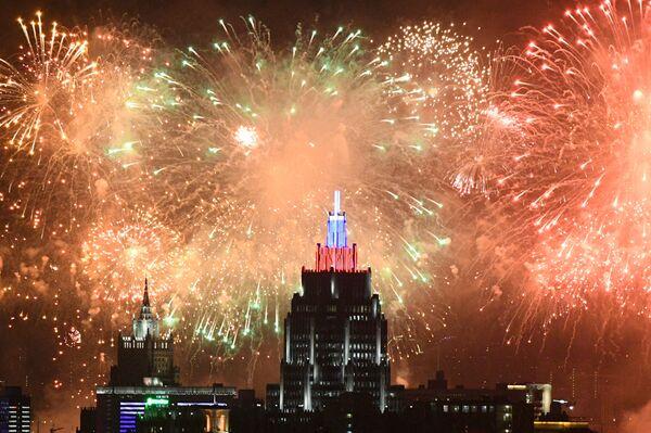 El cielo de Moscú estalla en colores para conmemorar los 75 años de la victoria del Ejército Rojo - Sputnik Mundo