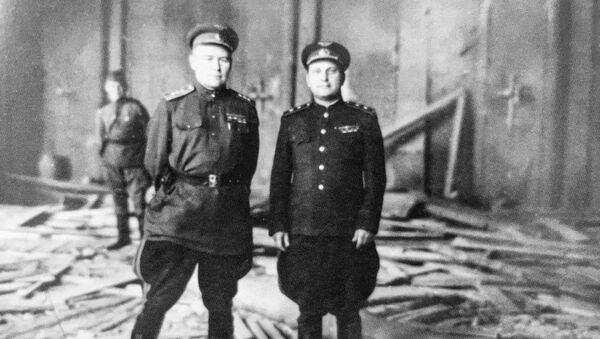 El comandante del 4 Ejército aéreo de la URSS, Konstantín Vershinin, (izquierda) posa en el despacho destruido de Hitler - Sputnik Mundo
