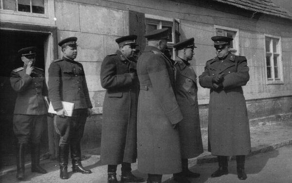 El momento crucial antes del inicio de la operación de Berlín. El comandante del 1 Frente Bielorruso, el mariscal Gueorgui Zhúkov, (derecha) con el coronel general Mijaíl Malinin (segundo a la izquierda). - Sputnik Mundo